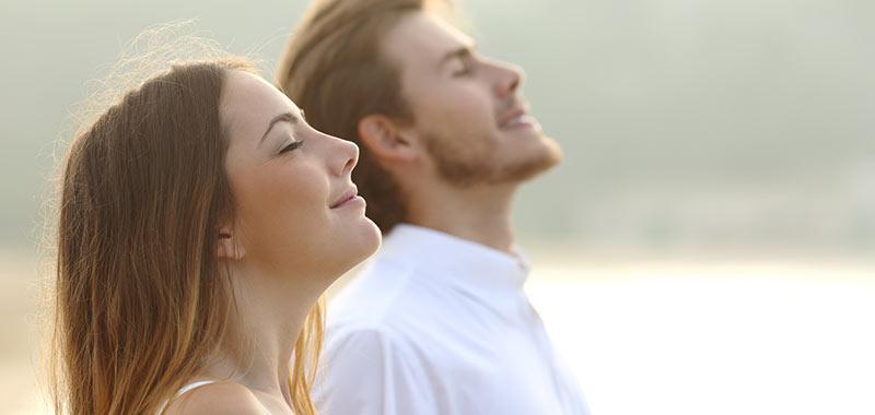 Menschen geniessen die Sonnenstrahlen