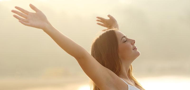 Frau geniesst die Sonnenstrahlen